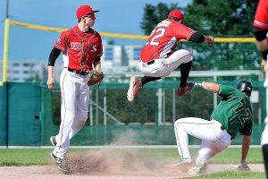Das Middle Infield in Aktion - Xavi Gonzalez und Daniel Zeller bremsen die Hornets Offensive (Foto: Iris Drobny)