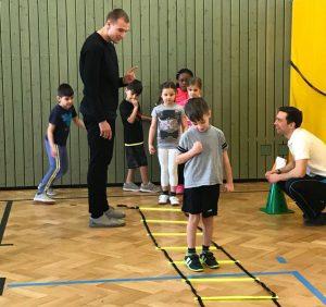 Holger Badstuber erklärt den Kindern die Koordinationsleiter | Foto: Sahra Bakkou