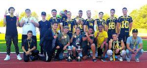 Die siegreichen Holzgerlingen Twister mit Jugend- und Erwachsenenteam, Medaillen und Pokalen (Foto: Arrows)