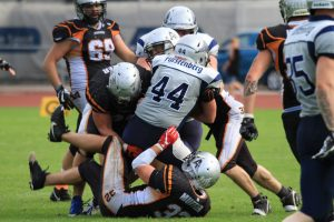 Teamwork ist im Football alles. Hier ringen Stefan Muffler (#32), Rafael Dobler (#73) und Manuel Lehniger (#31) gemeinsam den gegnerischen Running Back zu Boden | Foto: Arrows