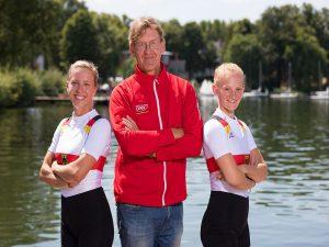 Marie-Christine Gerhardt (links) mit Trainer Steffen Jacob und Janika Kölblin (rechts) bei der U23 WM 2018   Foto: meinruderbild.de
