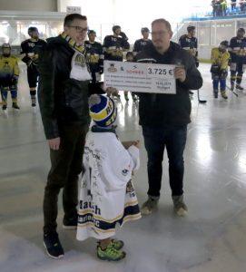 Spendenübergabe an Herzkind e.V. durch den 2. Vorsitzenden und Hallensprecher Olav Schnier | Foto: Philipp Kordowich / Stuttgarter Eishockey-Club e.V.