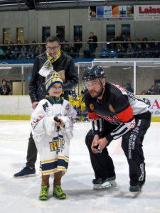 Elias beim Eröffnungsbully mit Schiedsrichter Sascha Westrich | Foto: Philipp Kordowich / Stuttgarter Eishockey-Club e.V.