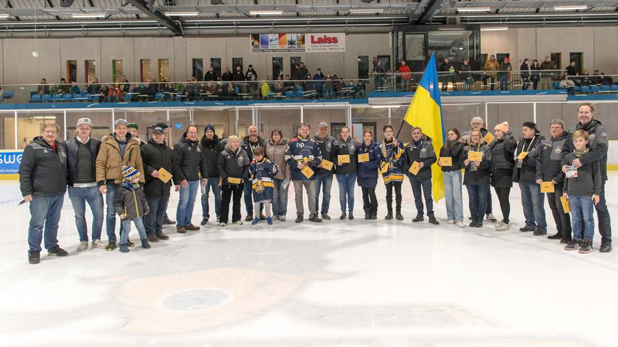 Ehrenamtliche Helfer des Stuttgarter Eishockey-Clubs auf dem Eis | Foto: Mario Vrban / Stuttgarter Eishockey-Club e.V.