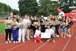 Ehrung für besondere Helfer. Die Arrows bedanken sich mit Blumen bei den weiblichen Helfern und mit einer 1.000 EUR Spende bei den Johannitern.   Foto: Silver Arrows