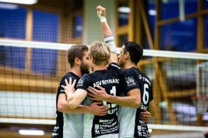 Grund zum Jubeln für die Volleyballer des ASV Botnang – hier: Marian Epple, Dirk Mehlberg und Elvis Šerić | Foto: Nils Wüchner