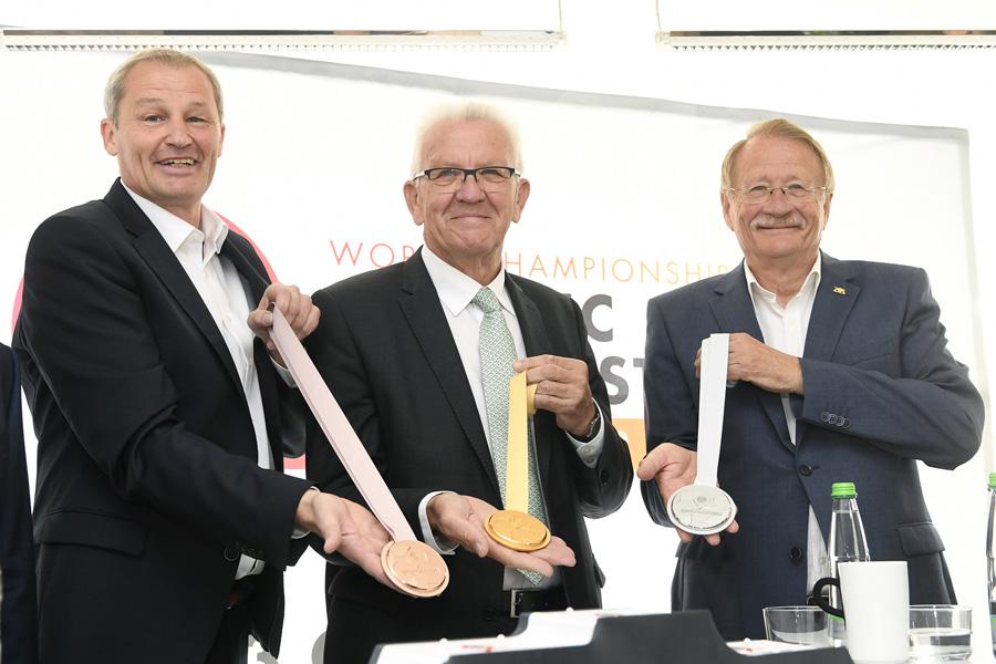 Bernd Kussmaul (Geschäftsführer Benrd Kussmaul), Winfried Kretschmann (Ministerpräsident Land Baden-Württemberg), Wolfgang Drexler (Präsident Schwäbischer Turnerbund). | Foto: Turn-WM Stuttgart 2019