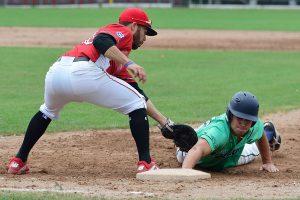 Xavi Gonzalez hält einen Ulmer Angreifer an der ersten Base | Foto: Iris Drobny