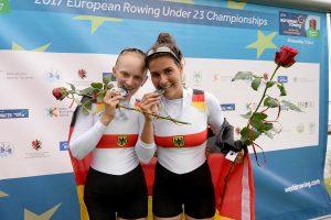 Stefanie Weigt (rechts) und Janika Kölblin (links) nach der Siegerehrung (Foto: meinruderbild.de)
