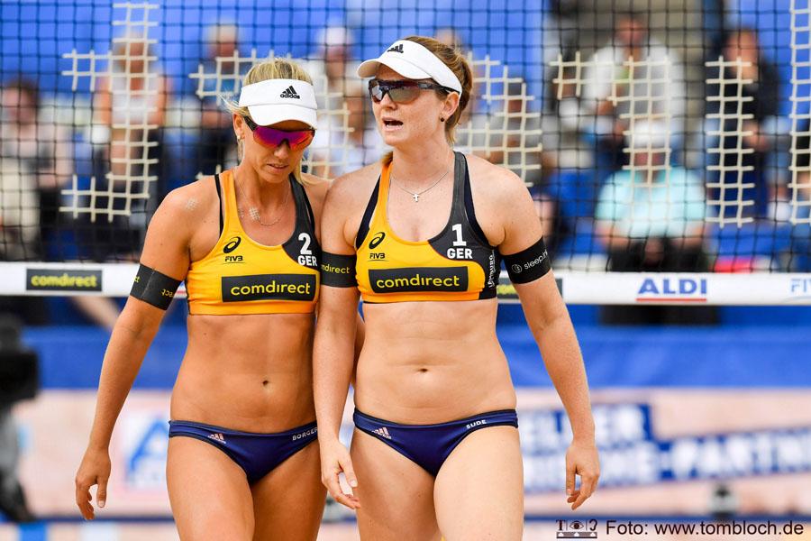 Beach Volleyball World Championships Hamburg 2019, Nationalteam Karla Borger (2) und Julia Sude (1), GER, in gelb, gegen GER Kim Behrens (1), Cinja Tillmann (2) in Weiß, Runde der letzten 32, K.o.-Phase, 1. Runde | Foto: www.tombloch.de