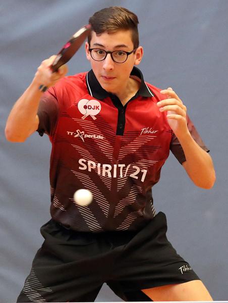 Der 16-jährige Carlos Dettling gewann sein erstes Einzel im mittleren Paarkreuz und leitete damit den 9:6-Sieg des Sportbunds ein   Foto: DJK