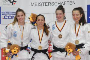 Katharina Menz (TSG Backnang/Zweite von links) - nun sechsmalige Deutsche Meisterin der Frauen in der Gewichtsklasse bis 48 kg | Foto: wjv/Nesper