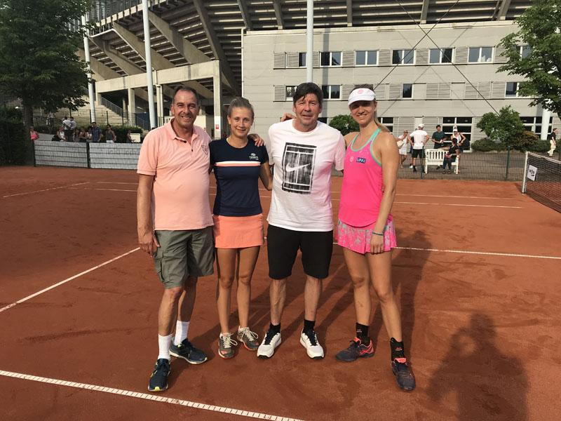 Mannschaftsführer Thomas Bürkle und Coach Albert Ender freuen sich mit Anna Gabric und Mona Barthel über den 6:3 Erfolg im hohen Norden | Foto: TEC