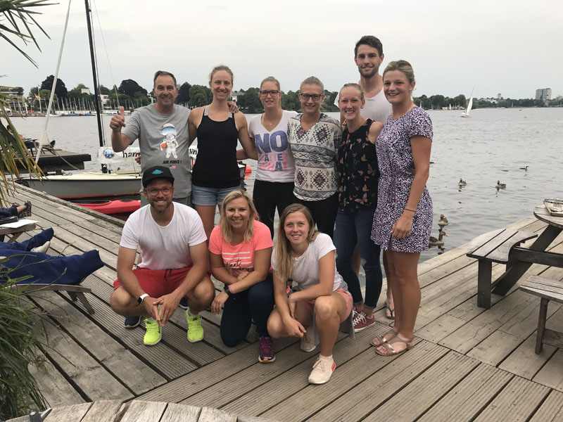 Am Abend wurde von einem Großteil der Mannschaft in einem Lokal an der Hamburger Alster den Sieg über die Hamburger Tennis-Damen gefeiert. | Foto: TEC
