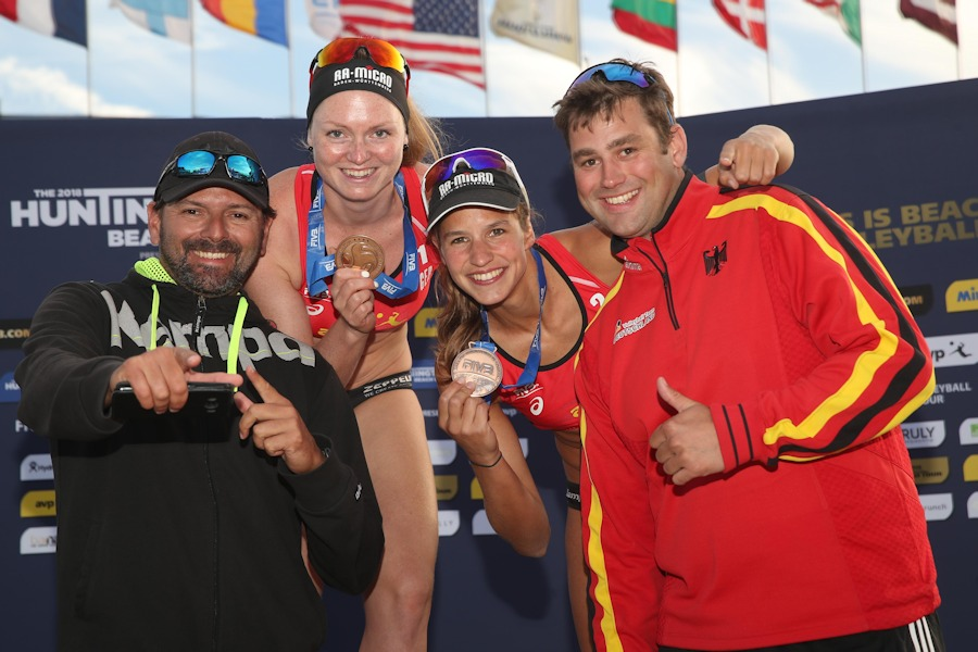 Trainer Ricardo Brunale de Andrade, Julia Sude, Chantal Laboureur, DVV-Scout Ron Gödde (v.l.n.r.) | Foto: FIVB