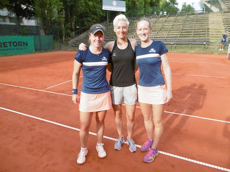 Coach Jasmin Wöhr mit Lena Rüffer und Laura Schaeder, die in Hamburg Einzel und Doppel gewannen, nach dem fünften Punkt. | Foto: TEC