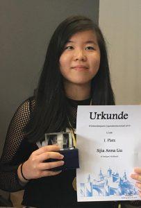 Anna Liu bei der Siegerehrung der Württembergischen Jugendmeisterschaften im Schach | Foto: SV Stuttgart Wolfbusch