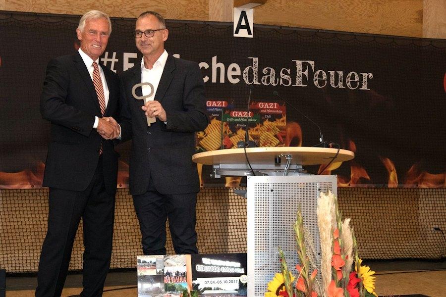 Schlüsselübergabe von Generalunternehmer Rainer Walser an den Ersten Vorsitzenden Christoph von Eynatten. (Foto: Antoine Le Minh)