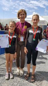 Die Trainerin Nina Budke mit den beiden platzierten Turnerinnen | Foto: TFF