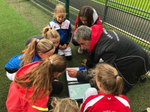 Taktische Anweisungen durch das Trainerteam Hanna Schiewe und Harald Kehrwecker an die Jüngsten des TSV (Foto: TSV)