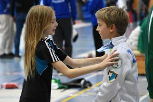 U11-Turniersiegerin Janne Geiger spricht dem späteren U11-Turniersieger Matteo Zucchini (beide TSF Ditzingen) Mut zu   Foto: Marco Zucchini