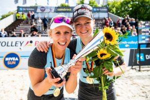 Karla Borger und Julia Sude mit den Goldmedaillen vom Turnier in Münster auf der nationalen Techniker Beach Tour | Foto: HochZwei/Malte Christians
